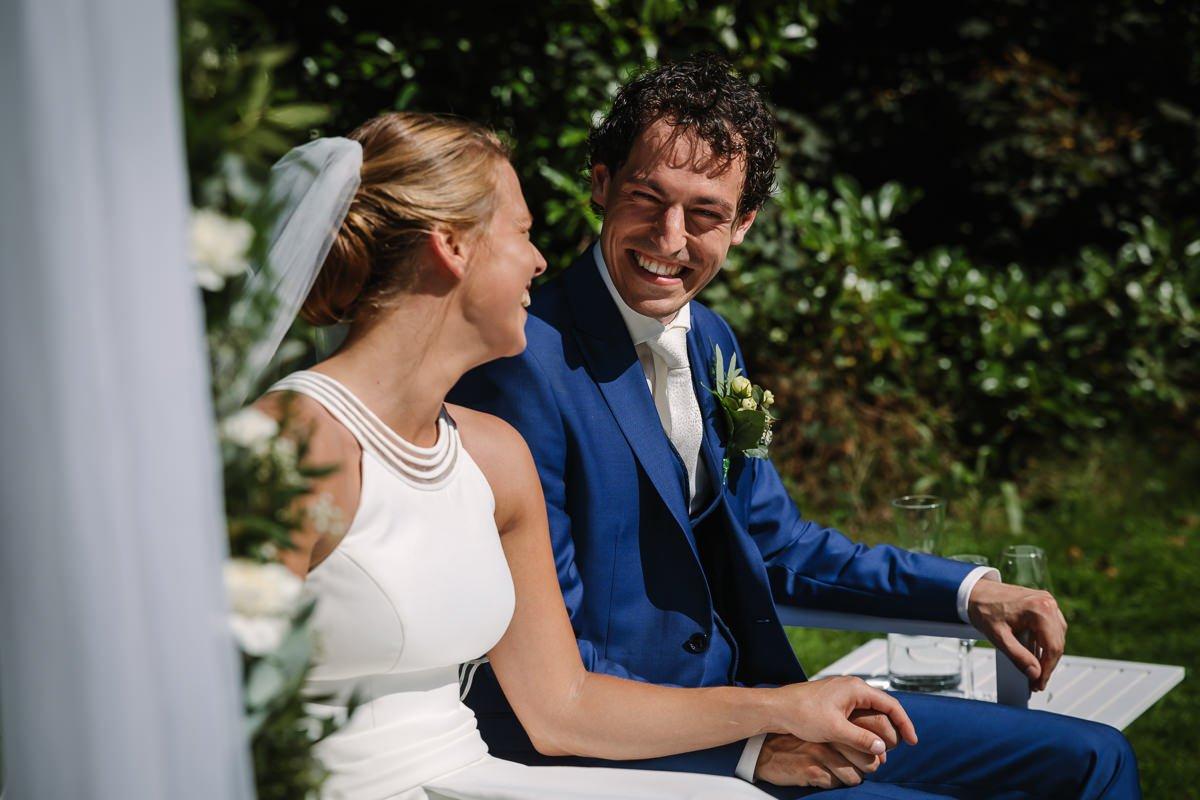 bruid bruidegom trouwceremonie buiten landgoed_wolfslaar breda bruidsfoto trouwfoto journalistieke bruidsfoto reportage trouwfoto documentaire trouwfotografie bruidsfotografie