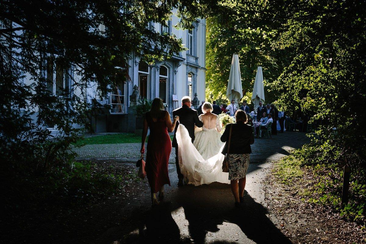 bruid bruidegom lopen buiten landgoed_wolfslaar zonsondergang journalistieke bruidsfoto reportage trouwfoto documentaire trouwfotografie bruidsfotografie