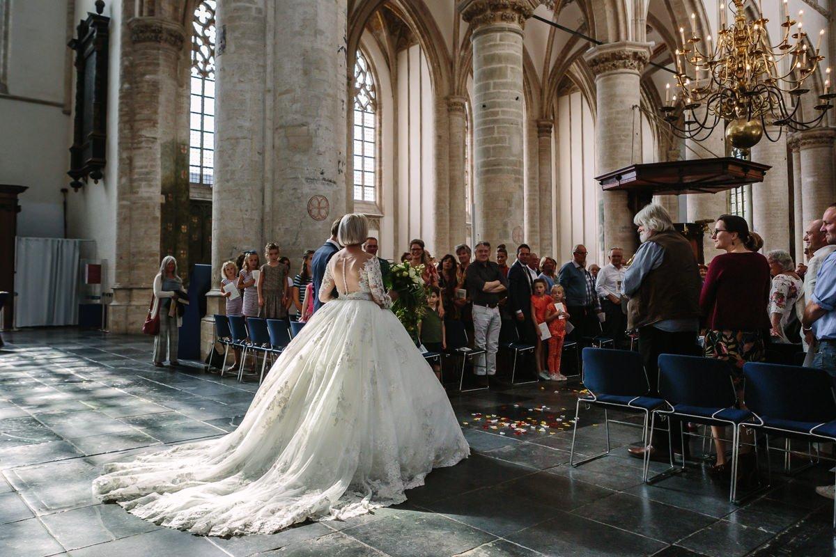 bruid bruidsjurk sleep trouwfoto bruidsfoto gangpad grote_kerk breda journalistieke bruidsfoto reportage trouwfoto documentaire trouwfotografie bruidsfotografie
